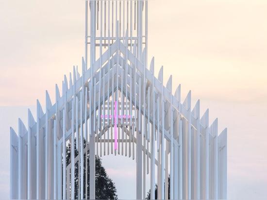 Una iglesia hecha de miles de vigas finas blancas parece suspendida en el aire en el campo de lavanda