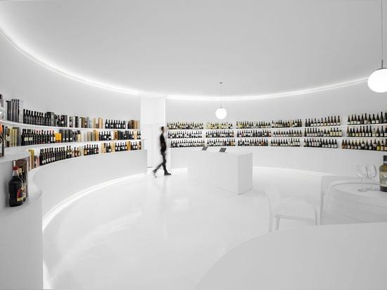 Porto Architects diseña un interior totalmente blanco para una tienda de vinos en Portugal