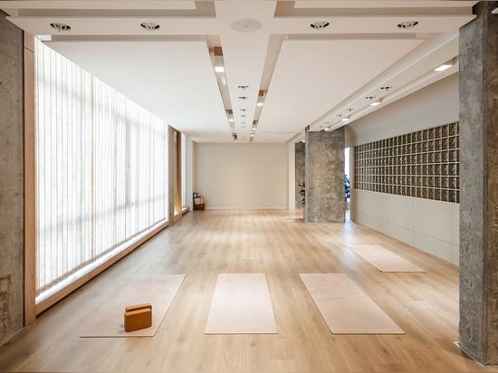 La mínima y rica paleta de colores abarca la diversidad en este interior para un estudio de yoga en Kuwait