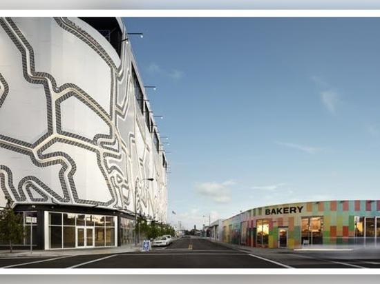 La llamativa fachada del Estudio Faulders añade un patrón ruidoso al distrito artístico de Wynwood en Miami