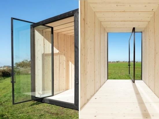 La diminuta cabaña de madera carbonizada es de sólo 129 pies cuadrados..