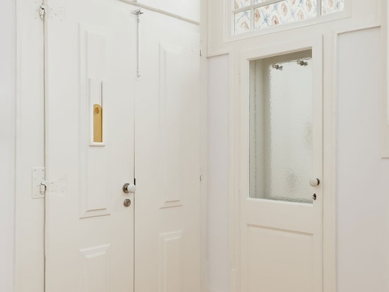 Aurora Arquitectos renueva un histórico apartamento de Lisboa con un aplomo minimalista