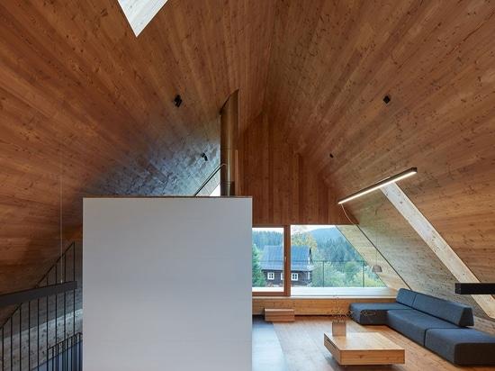 Pavel Míček Arquitectos diseñan una moderna cabaña de montaña en la República Checa
