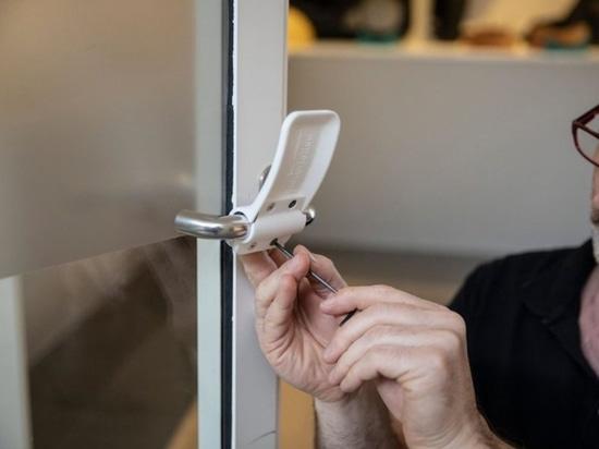 Este abridor de puertas con impresión en 3D y manos libres podría ser una solución rápida para ayudar a reducir la propagación de COVID-19 y otras enfermedades