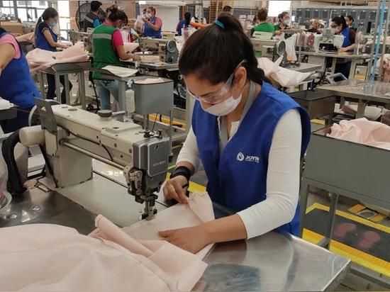 Ford está usando material de airbag para hacer batas de hospital para los respondedores de COVID-19