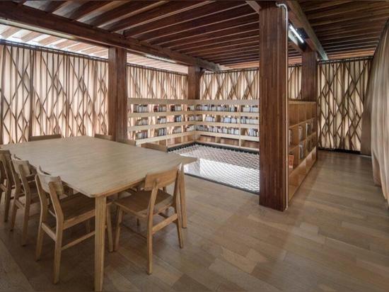 La Microbiblioteca de Indonesia utiliza madera prefabricada certificada por el FSC