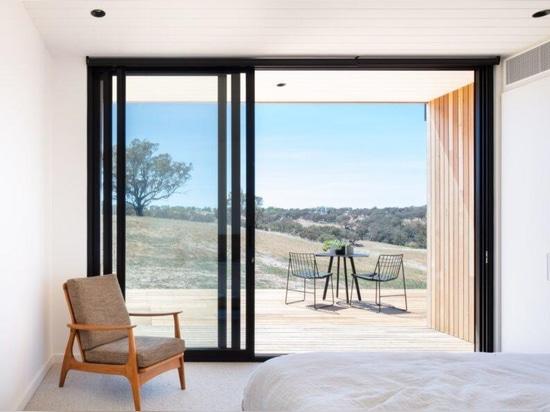 Tres módulos prefabricados componen esta casa rural contemporánea