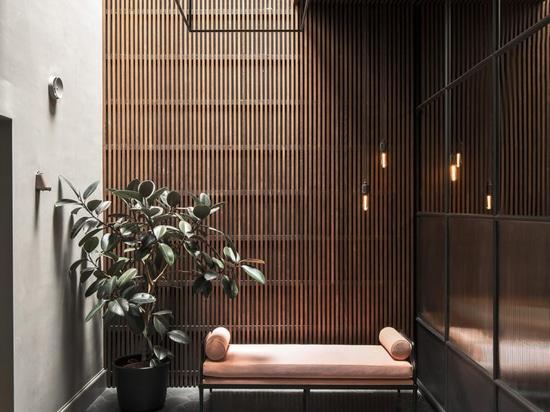 Una mirada al interior de la casa de Massimo Buster Minale en Estocolmo, inspirada en la industria
