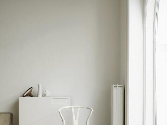 Carl Hansen lanza una edición limitada de la silla Wishbone en colores suaves