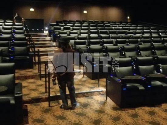 Usar los asientos en el teatro de CA&AZ, EE.UU