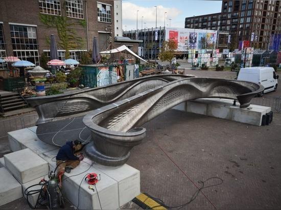 El primer puente de metal impreso en 3D del mundo