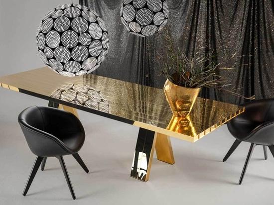 Tom Dixon convierte una mesa de comedor en una escultura de latón macizo