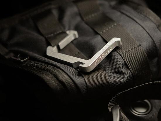 El sistema de ganchos de Dango mantiene sus bolsas a salvo en el suelo
