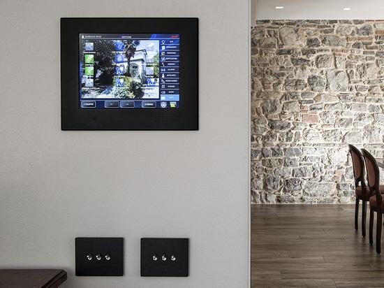 Los controles de conmutación de la automatización del hogar están disponibles en versiones AVEbus y KNX