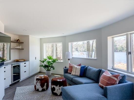 Una casa de cúpula geodésica en Massachusetts recibió una renovación interior contemporánea