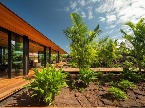 La casa de Olson Kundig Hale Lana se eleva sobre un campo de lava en Hawaii