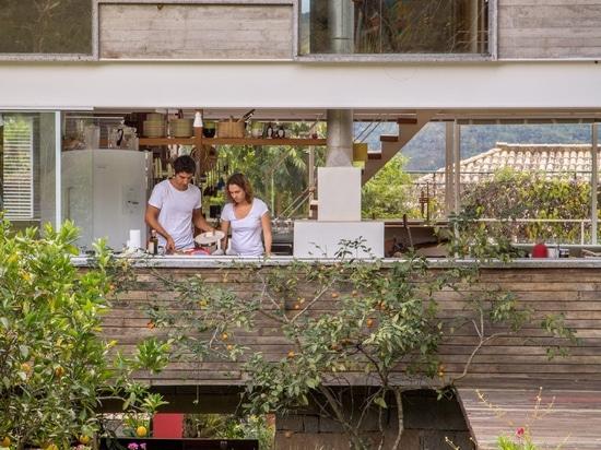 Las enormes curvas del techo de la casa de Samambaia diseñadas para un arquitecto y artista