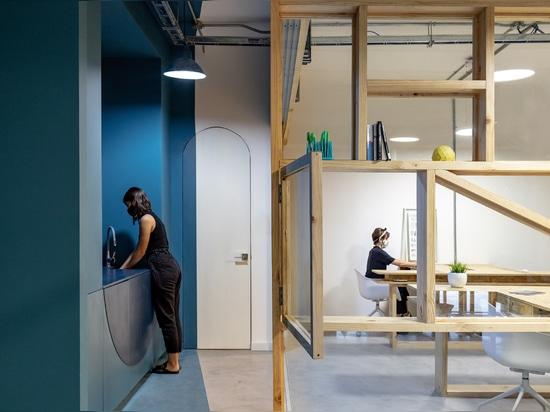 Las estanterías de pino y cristal encierran la oficina en Ecuador