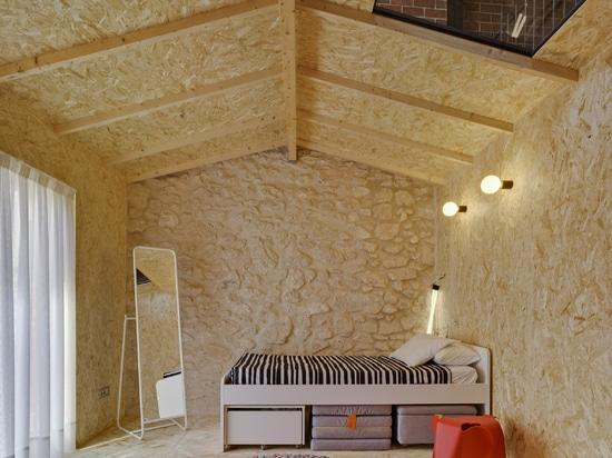 La Errería construye habitaciones en cajas de aglomerado para la casa de Alicante