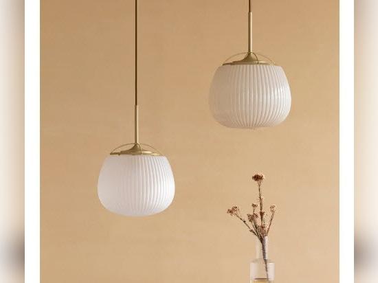 """El tradicional ventilador chino se une al diseño de la luminaria en la """"lámpara ogi"""" de yen-hao, chu"""