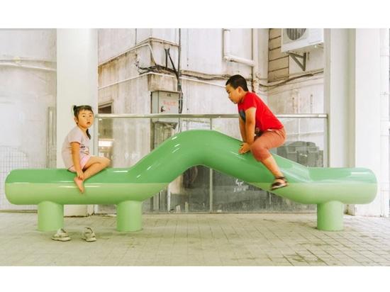 La 11arquitectura crea bancos escultóricos lúdicos para el espacio comunitario en China