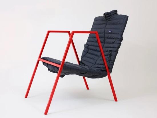 """""""Puffer lounge"""" reinterpreta la silla de la oficina de los Eames usando una chaqueta de patagonia"""