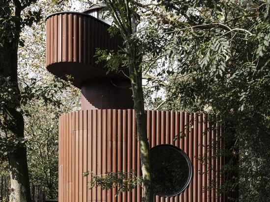 Una vaina escultórica de la casa de huéspedes del Atelier Vens Vanbelle aparece en un jardín de Gante