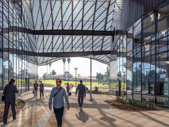 El techo de aluminio escultural mantiene fresco el edificio de Cal Poly
