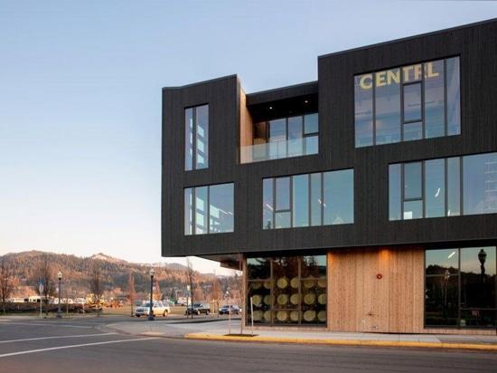 El puesto de avanzada de uso mixto de Hood River logra un chic industrial con madera masiva