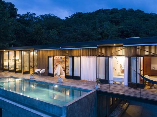 Las paredes de celosía de madera ventilan esta hermosa casa de Costa Rica