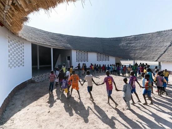 Toshiko Mori completa la escuela de fass de forma ovalada y la residencia de profesores en el remoto Senegal