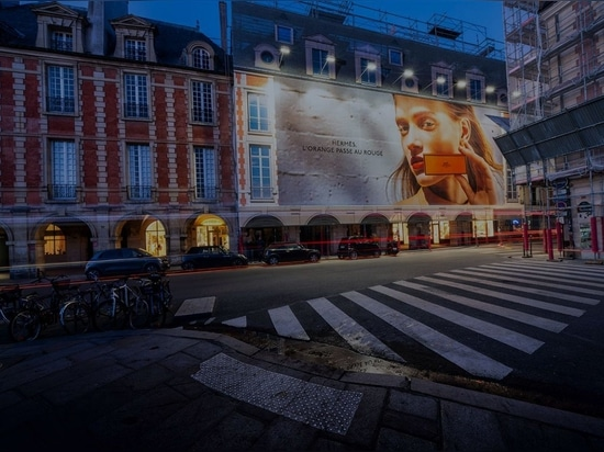 Valla publicitaria de gran formato en la Place Vosges, París. Foto cargada el 16 de julio de 2020. Cortesía de LightAir.