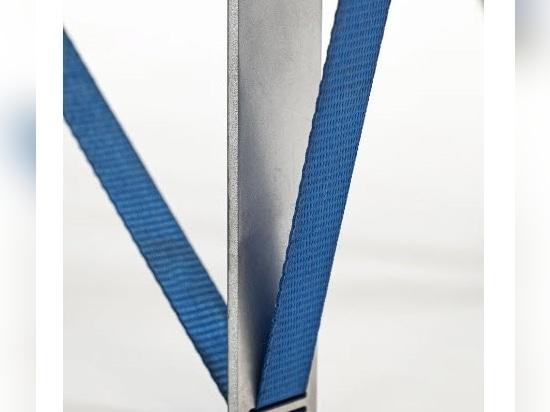 """Nebbia Works combina aluminio reciclado y correas de trinquete para crear una serie de """"mesa de ajuste"""""""