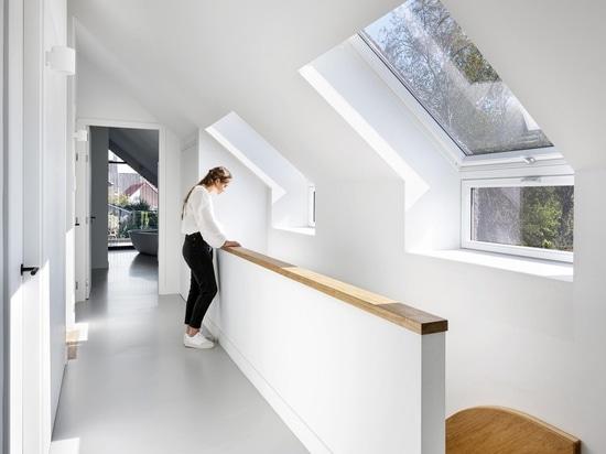 Un techo de paja y un tobogán interior dan a esta casa un carácter único..