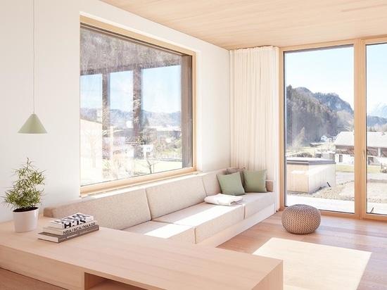 La madera clara usada en el interior de este dúplex lo mantiene brillante y moderno..