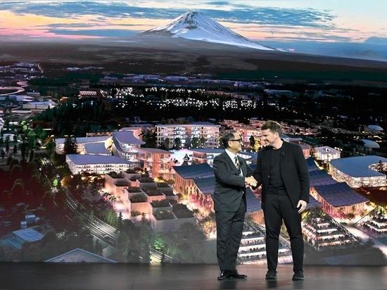 Akio Toyoda, director general de Toyota Motor Corporation, con Bjarke Ingels de BIG Architecture durante el evento CES Las Vegas 2020.