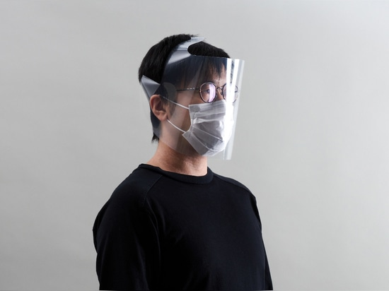 Una careta hecha con una lima transparente de tamaño A4
