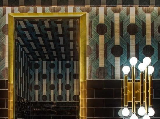 El patrón de azulejos en diagonal que se encuentra en este restaurante es una característica de diseño notable