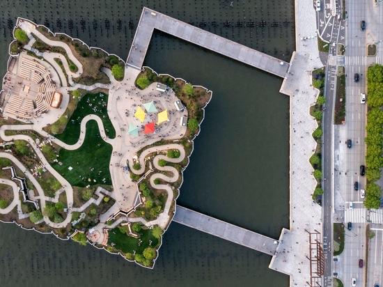 El parque Little Island y el teatro al aire libre de Thomas Heatherwick abren sus puertas en el Hudson