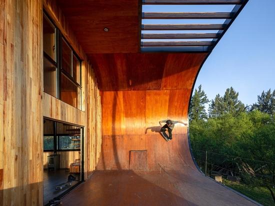 Hay una rampa de skate en el exterior de esta casa