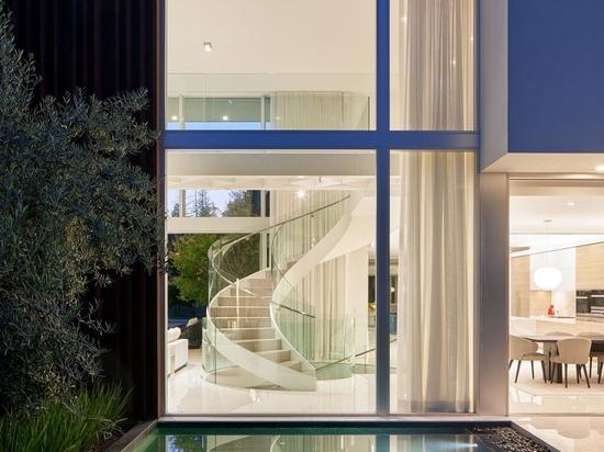 Las escaleras de caracol conectan los tres pisos de esta casa