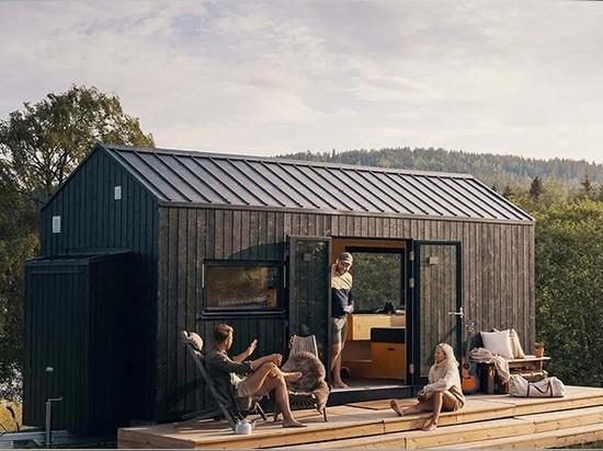 la vivienda está revestida de madera de origen local