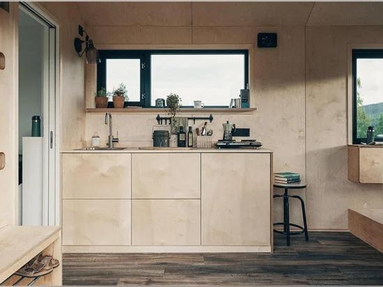 la pequeña casa móvil sobre ruedas refleja el estilo nórdico minimalista