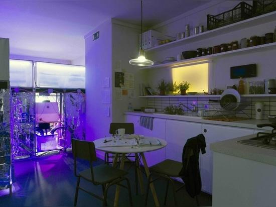 Mitigation of Shock, el interior de un apartamento que imagina la vida bajo futuras restricciones debidas al cambio climático. Cortesía de Superflux