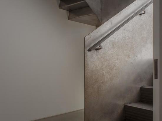 La casa de Surrey ofrece una visión minimalista de la estética Arts & Crafts