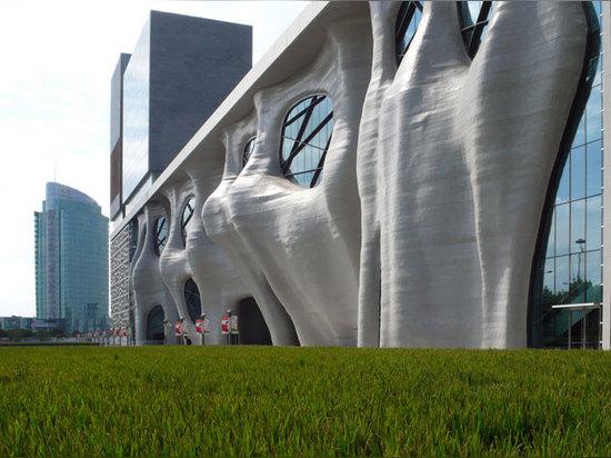 El isozaki de Arata sculpts Himalaya de Shangai se centra con orgánico cueva-como façade