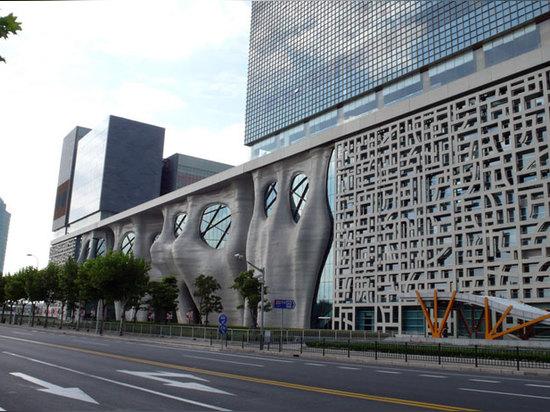 el edificio es caracterizado por su façade orgánico, sculpted