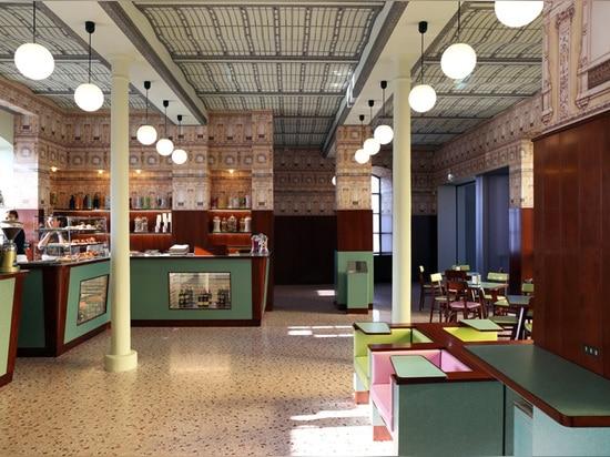 el luce de la barra reconstruye la atmósfera de un café milanés típico
