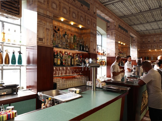 los paneles de pared de madera chapeados y la gama de colores utilizaron la cultura popular italiana del eco