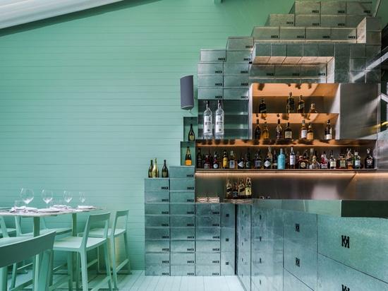 los shoeboxes del cinc abarcan la estantería y el área contraria de la barra del restaurante